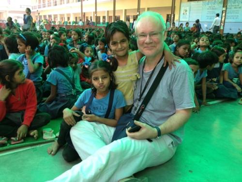 Ron mit den süßen Kindern der Sandipani Muni Schule